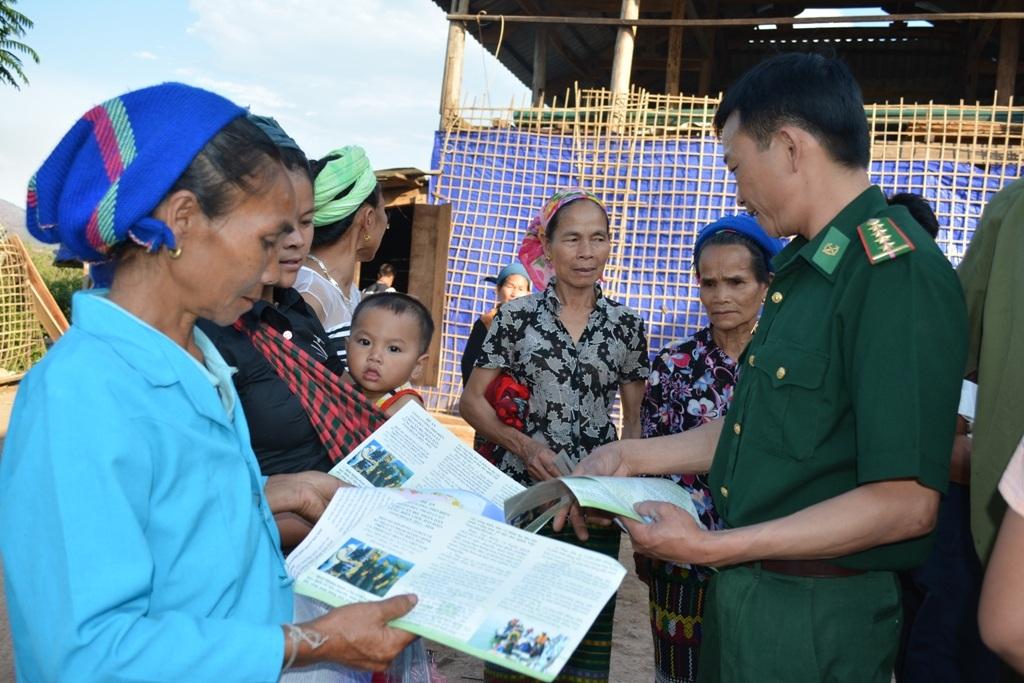 BĐBP Nghệ An tuyên truyền pháp luật đến đồng bào các dân tộc vùng biên giới.