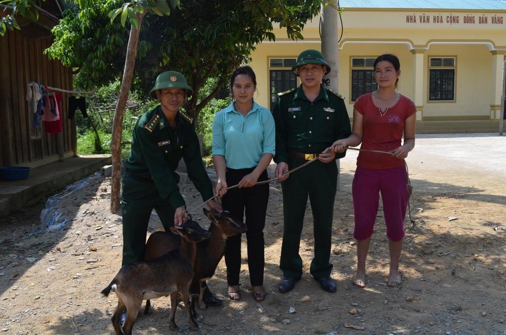 Đồn BP Tam Hợp, BĐBP Nghệ An tặng dê giống cho hộ nghèo xã Tam Hợp, huyện Tương Dương.