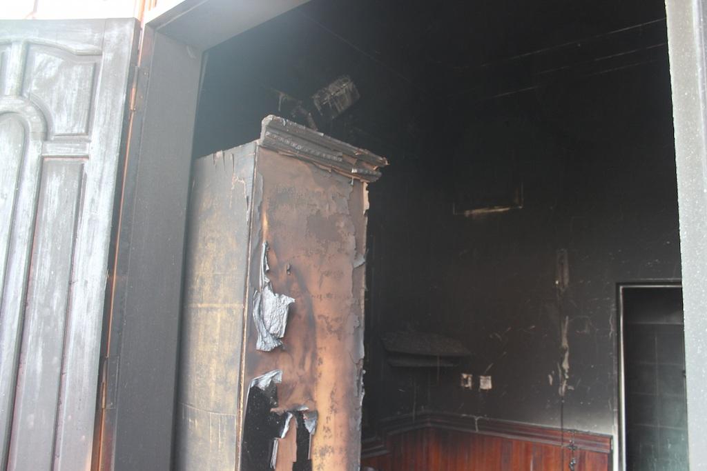 Căn phòng nơi đối tượng Hiếu thuê và tự đổ xăng châm lửa đốt mình đến tử vong và cháu Quỳnh Anh bị ngạt khói chết.