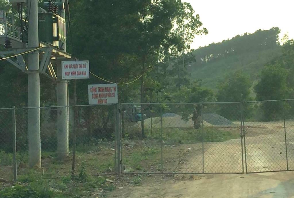 Đường vào Vườn động vật sinh thái Hòn Nhạn đang tiếp tục được xây dựng.