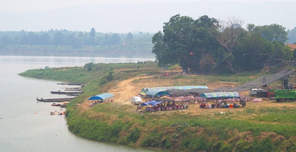Tổ chức ăn uống cạnh bờ sông Mê Kông.