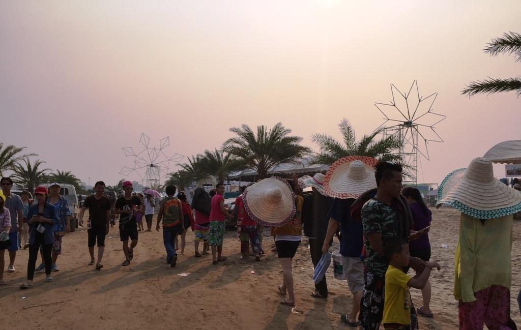Người dân đổ xô ra biển trên dòng Mê Kông để tắm.