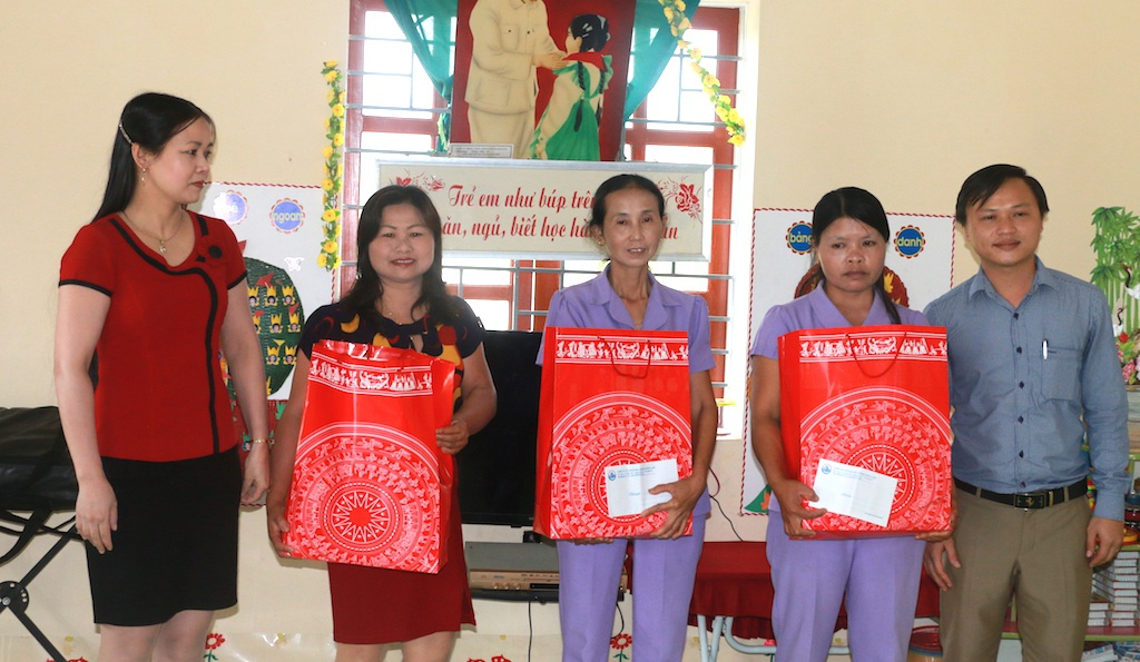 Đại diện doanh nghiệp có những phần quà gửi đến hai cô và các cháu học sinh.