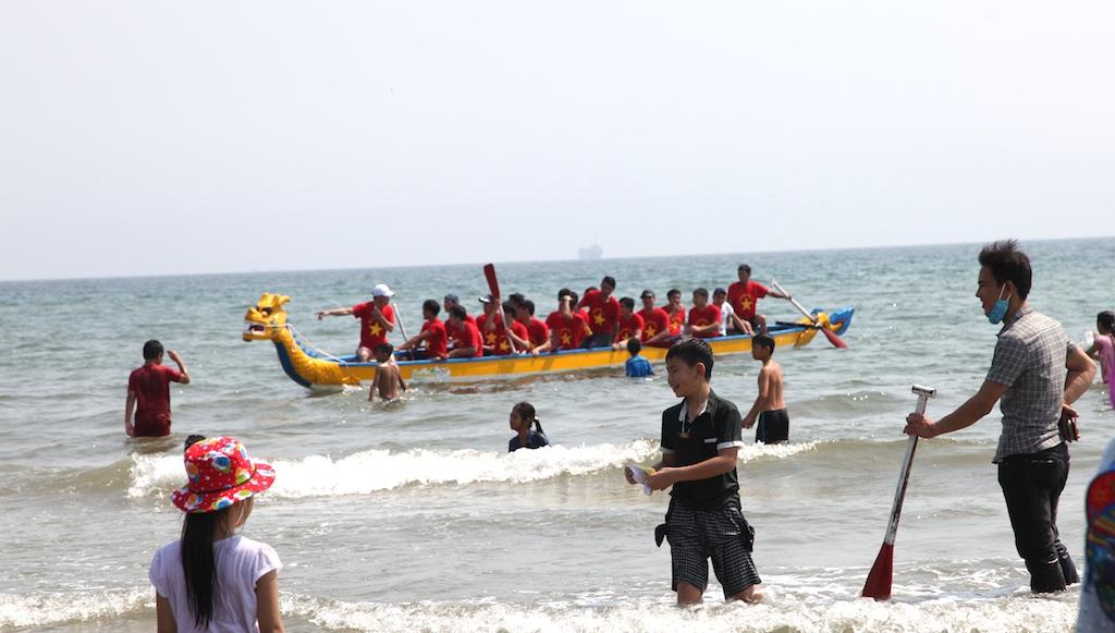 Sôi động giải đua thuyền trên biển Cửa Lò - 1