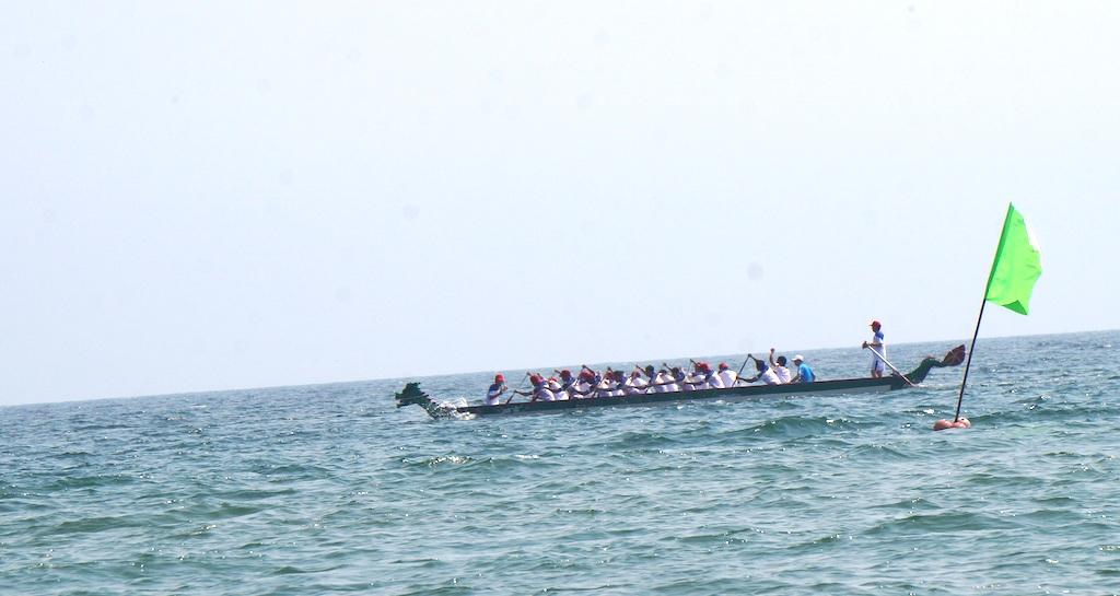 Sôi động giải đua thuyền trên biển Cửa Lò - 4