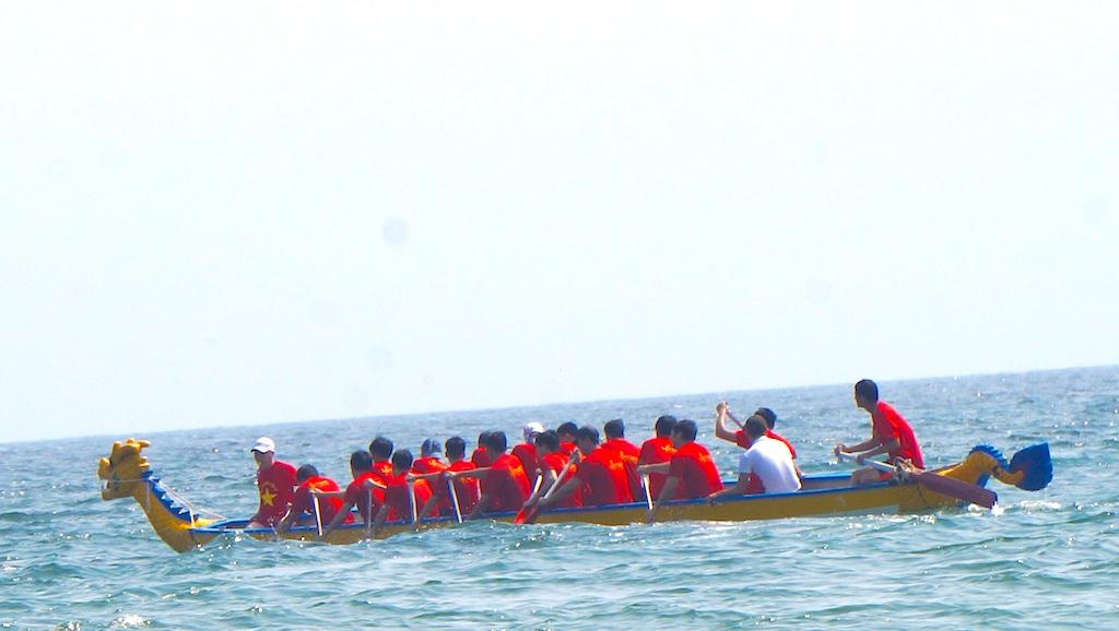 Sôi động giải đua thuyền trên biển Cửa Lò - 3