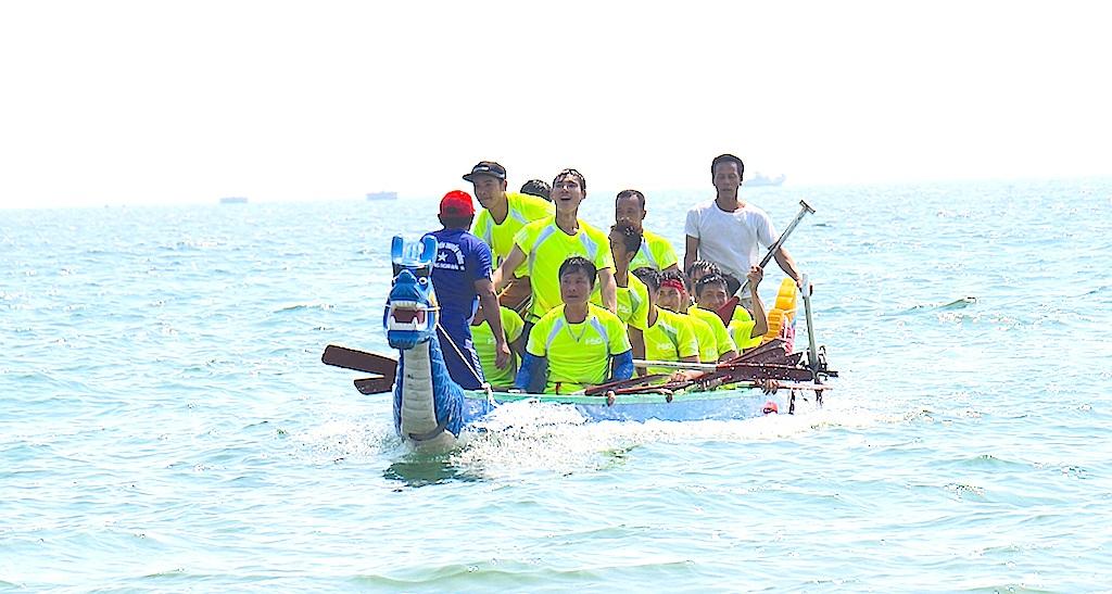 Sôi động giải đua thuyền trên biển Cửa Lò - 6