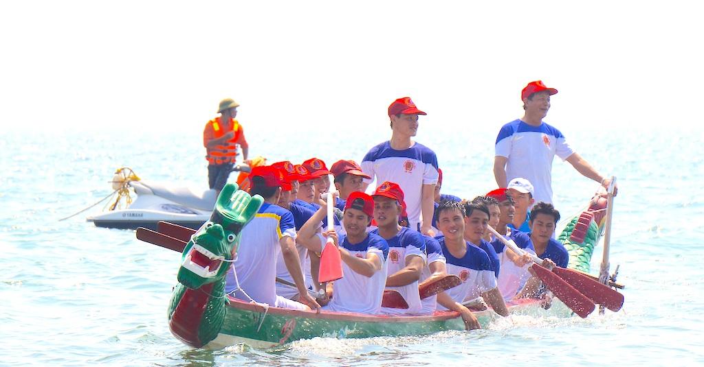 Sôi động giải đua thuyền trên biển Cửa Lò - 8