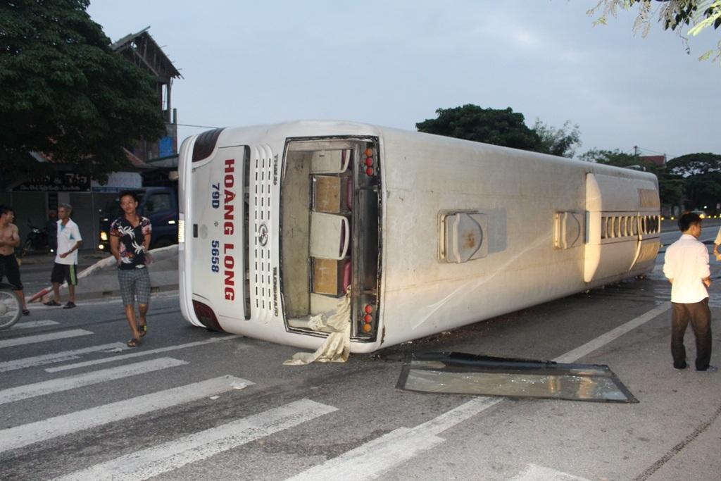 Chiếc xe Hoàng Long nằm lật nghiêng trên quốc lộ 1A.