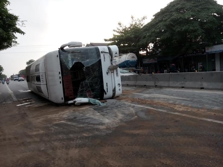 Đập cửa kính giải cứu hàng chục hành khách mắc kẹt trong xe khách - 4