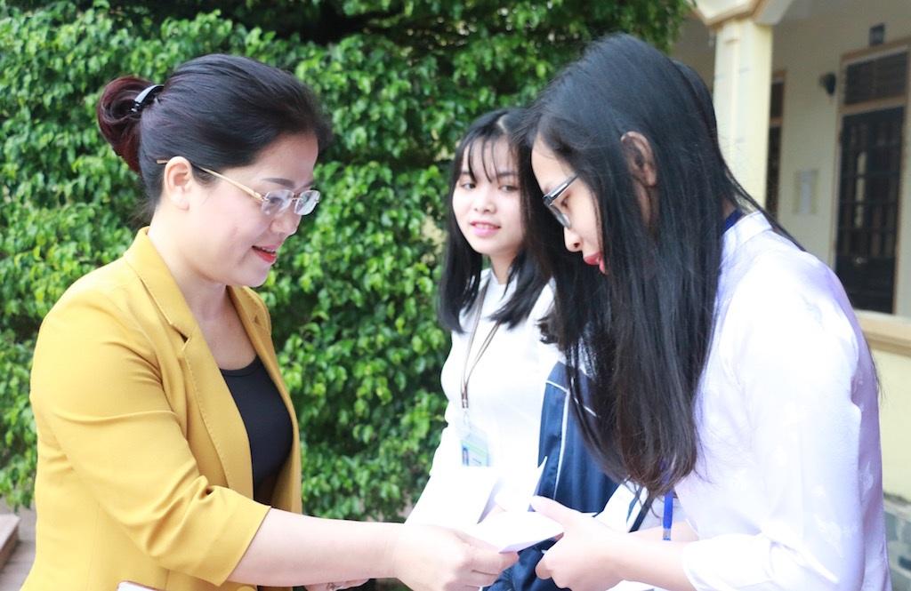 Bà Nguyễn Thị Kim Chi - GĐ Sở GT&ĐT Nghệ An trao thưởng tới các em học sinh Trường THPT chuyên Phan Bội Châu.