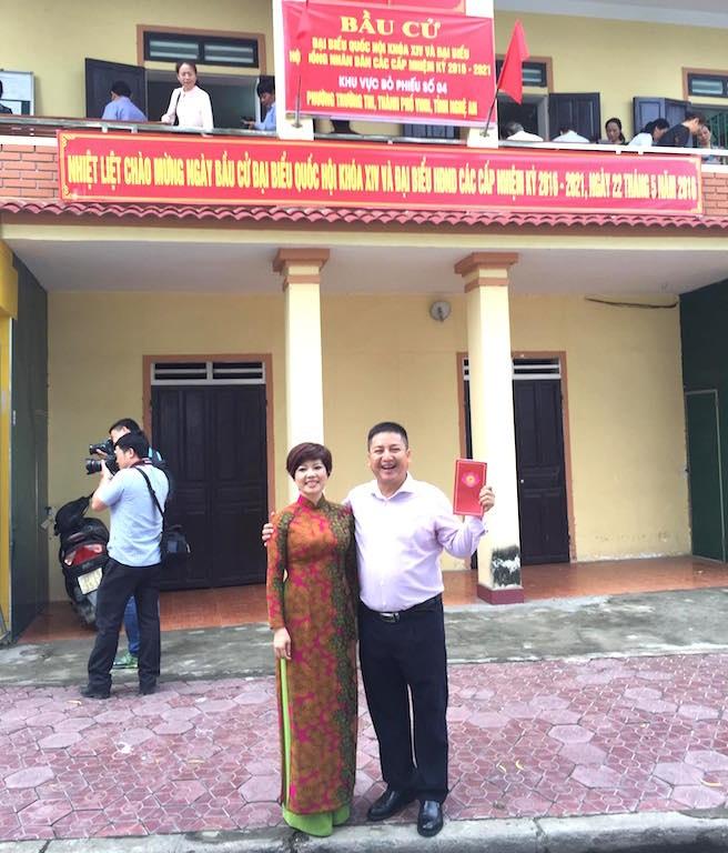 Vợ chồng NSƯT Chí Trung có mặt từ sáng sớm tại điểm bầu cử số 4.
