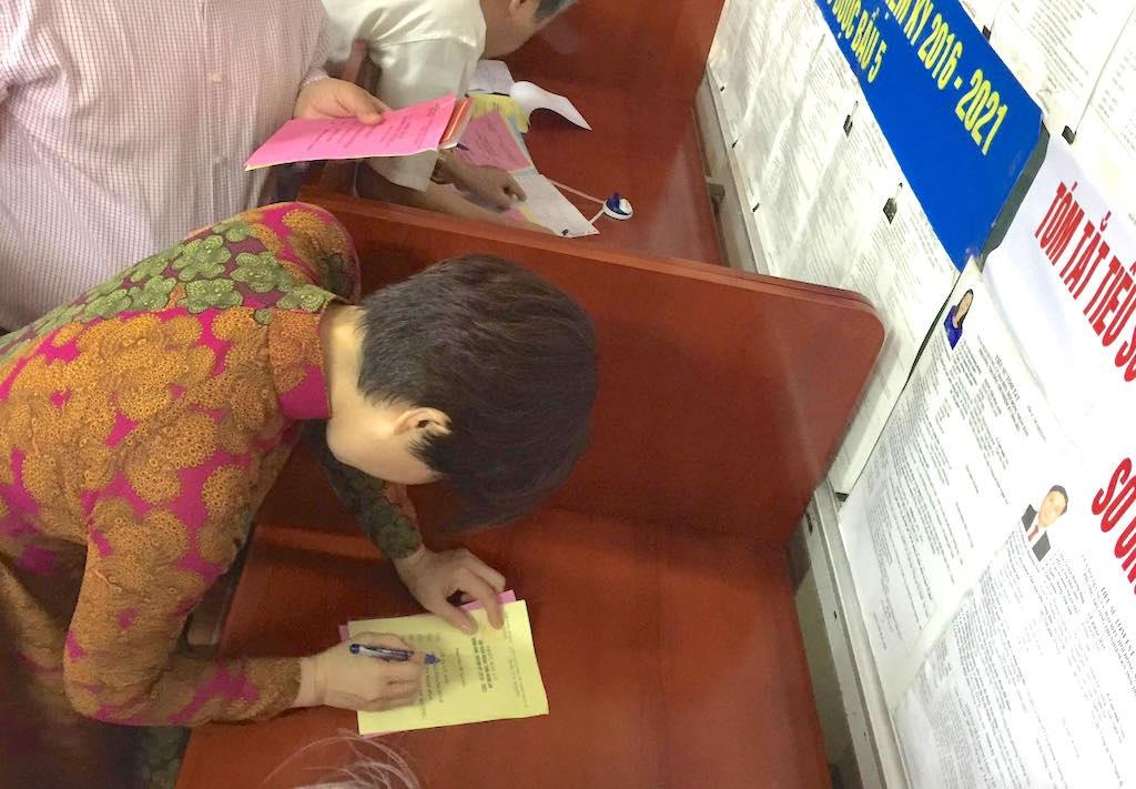 Vợ anh Chí Trung ghi phiếu bầu cử.