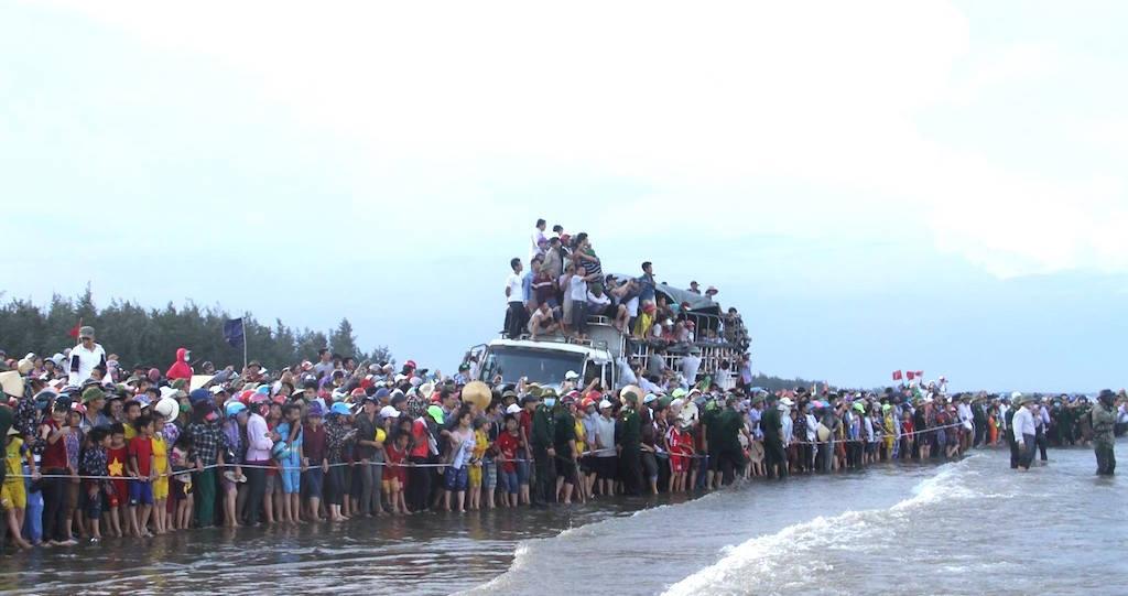 Hàng ngàn người chen chân xem kéo cá voi từ biển vào bờ.