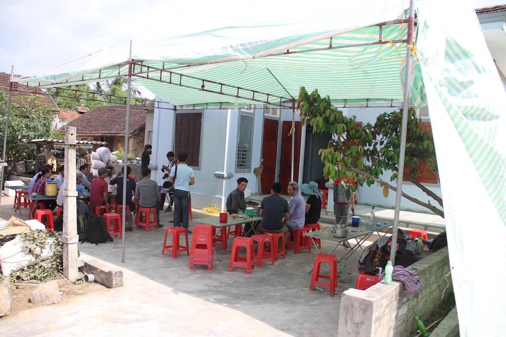 Từ sáng sớm, rất đông người thân, thầy cô, bạn bè đã đến chia buồn cùng gia đình anh Thành và chị Giang.
