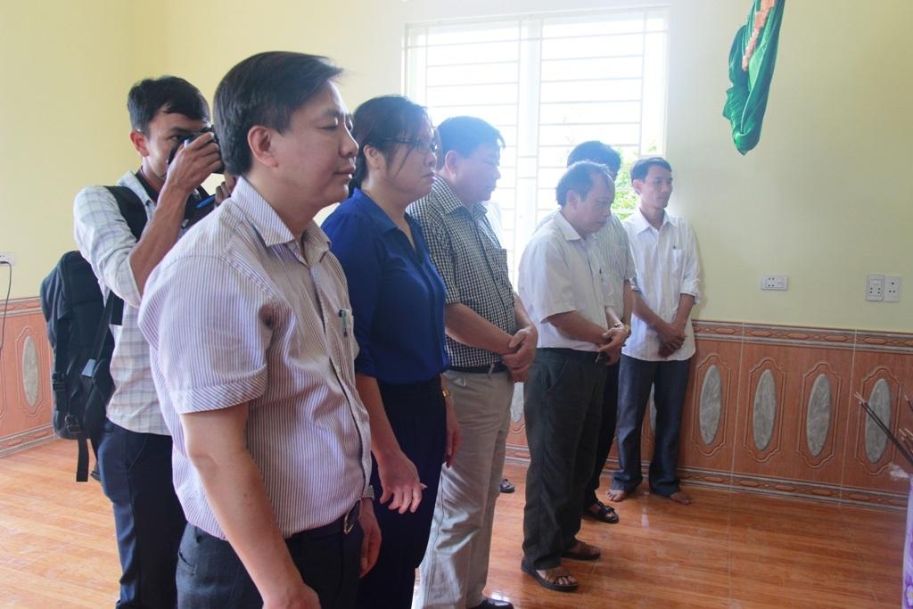 Đoàn lãnh đạo, cán bộ Sở GD-DDT Nghệ An ra chia buồn cùng gia đình 3 cháu nhỏ tại xã Diễn Quảng.