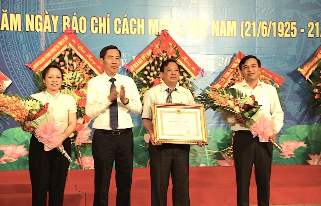 Ông Thuận Hữu trao tặng Huân chương Lao động hạng Ba cho Hội nhà báo Nghệ An.