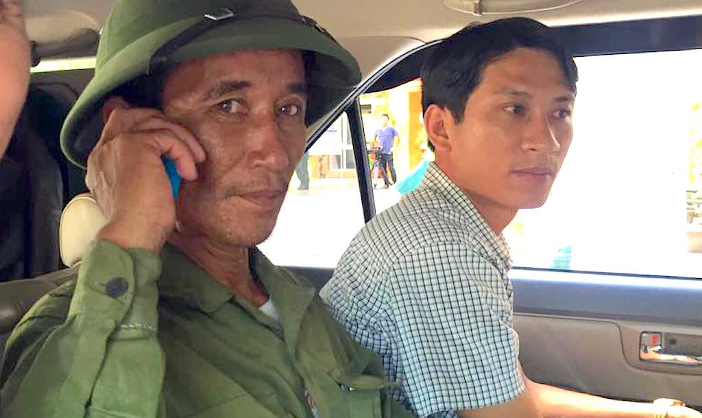 Ông Phạm Văn Lệ (trái) - ngư dân đã cứu Thiếu tá Cường trên biển - cũng được cơ quan chức năng đưa về thị xã Cửa Lò làm việc ngay sau khi lên bờ.