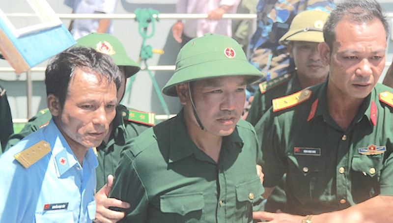 Phi công Nguyễn Hữu Cường được tàu cá ngư dân cứu sống sau một đêm trôi dạt trên biển.