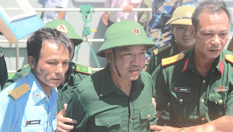 Anh Nguyễn Hữu Cường được mọi người đón lên cầu cảng Hải đội 2.
