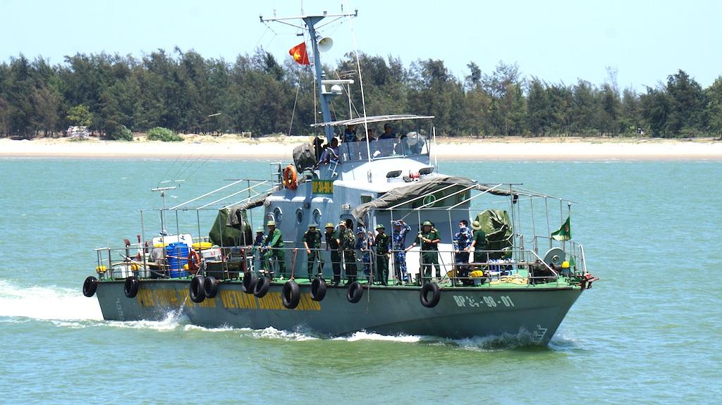 Hơn 13h chiều ngày 15/6, chiếc tàu chở Thiếu tá Cường vào cảng Hải Đội 2 ở Cửa Hội, Cửa Lò.