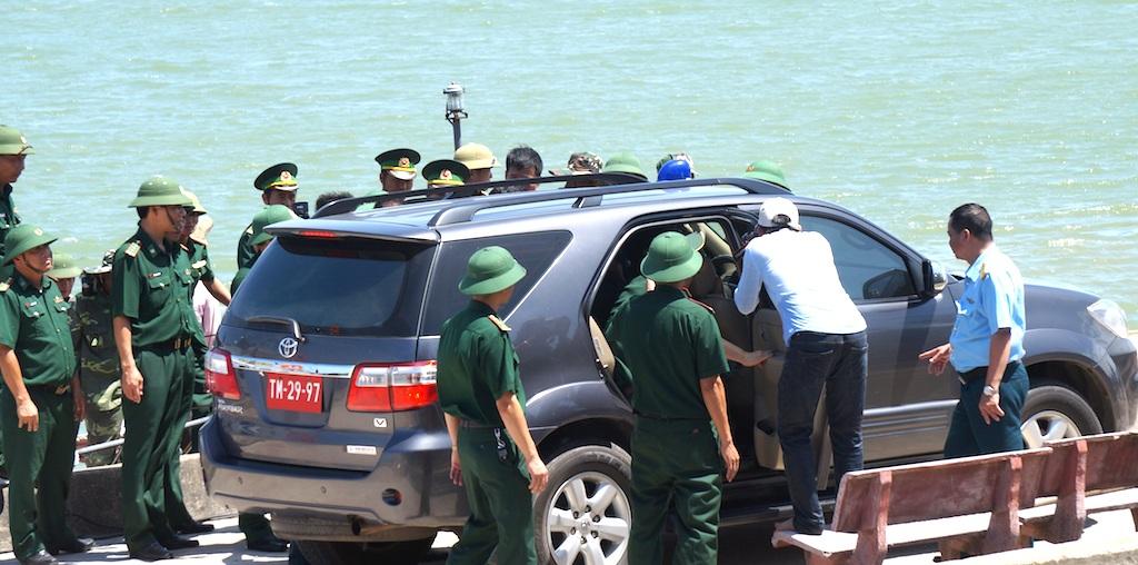 Ngay sau đó, một chiếc xe đưa Thiếu tá Cường về Sở chỉ huy tìm kiếm.