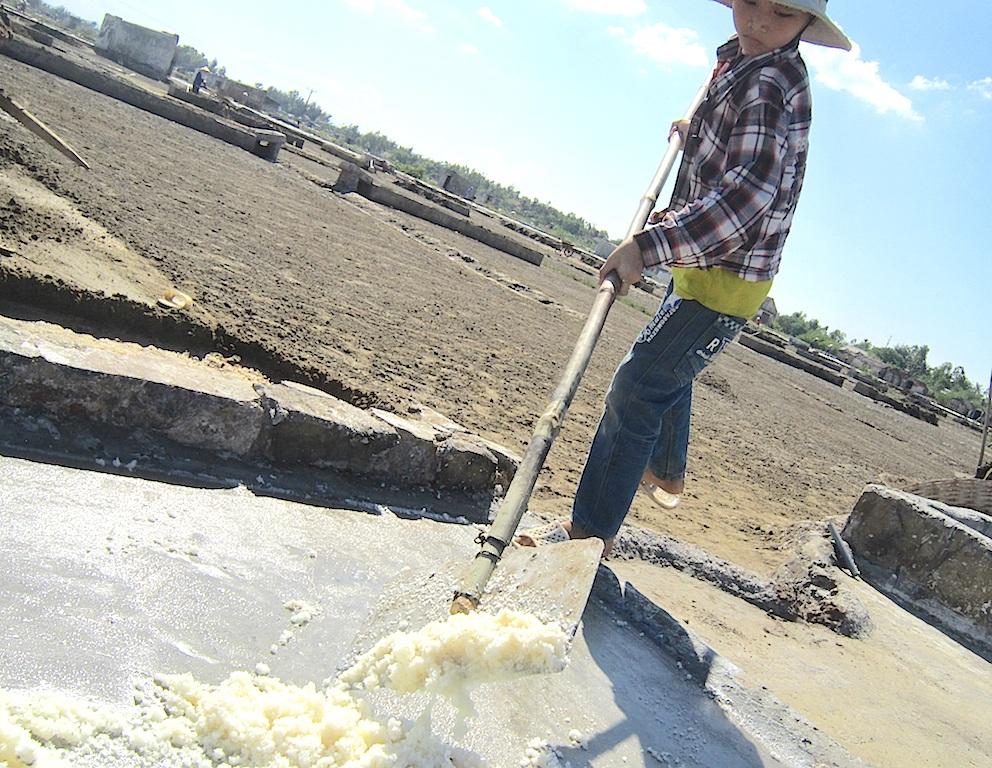 Thành quả vất vả một ngày làm việc là những khối muối tinh trong nhưng giá thành lại quá thấp khiến người dân nơi đây càng vất vả thêm.