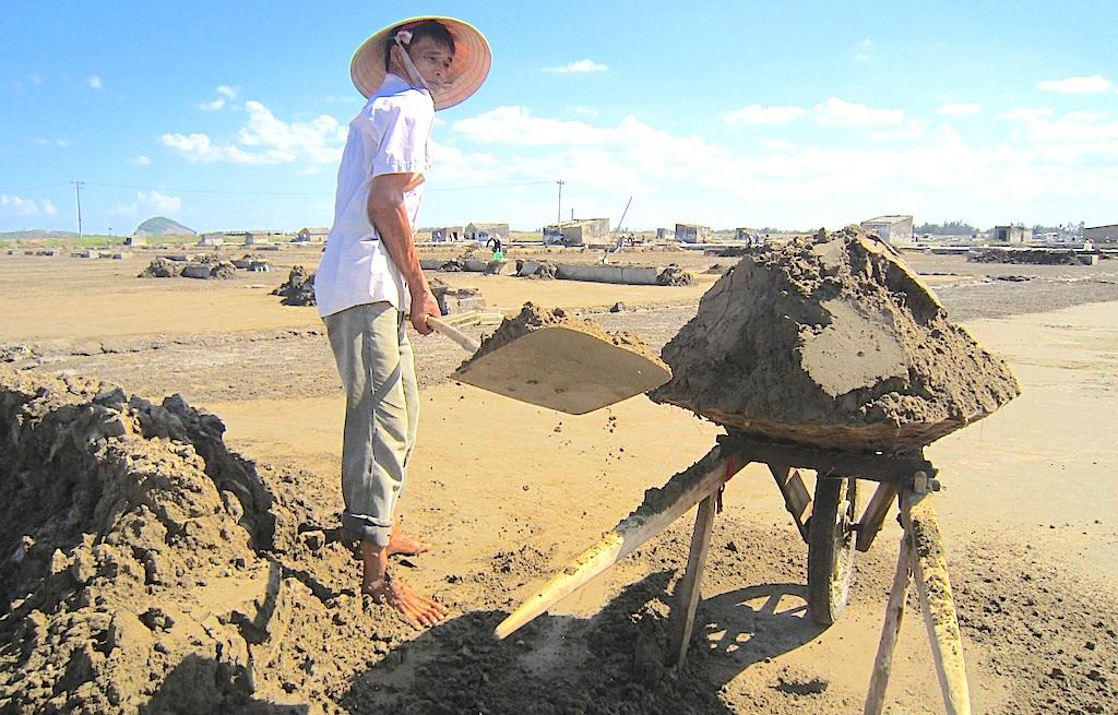 Trụ cột gia đình lại càng vất vả bội phần khi để kiếm được hạt muối tinh khiết, diêm dân phải mất rất nhiều công sức và công đoạn làm đất là khó khăn nhất.