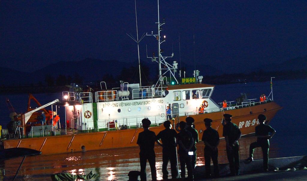 Chiếc tàu chở Thượng tá Khải cập cảng Hải đội 2.