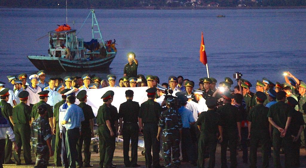 Lễ khâm liệm Thượng tá Trần Quang Khải tại cầu cảng Hải đội 2 (Cửa Hội, Cửa Lò, Nghệ An) ngày 18/6. (Ảnh: Nguyễn Duy)