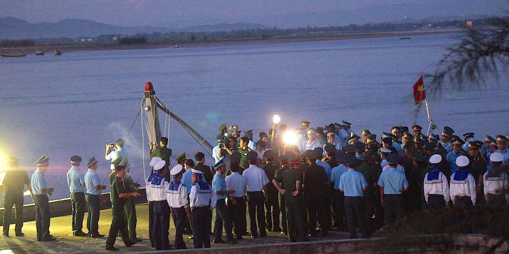 Người lính phi công trở về và lễ khâm liệm ngay trên cầu cảng - 8