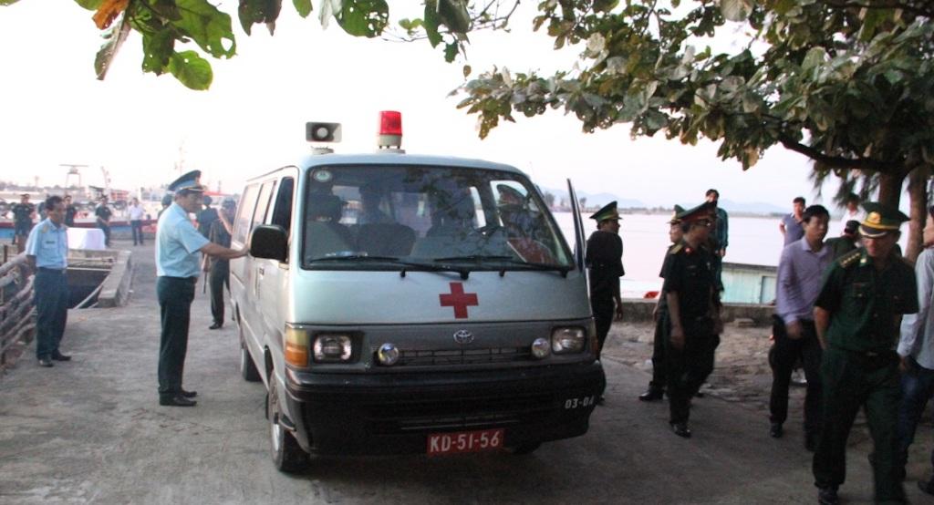 Sau đó xe cứu thương đưa thi thể Thượng tá Trần Quang Khải khỏi địa bàn Cửa Hội.