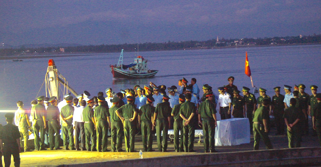 Người lính phi công trở về và lễ khâm liệm ngay trên cầu cảng - 9