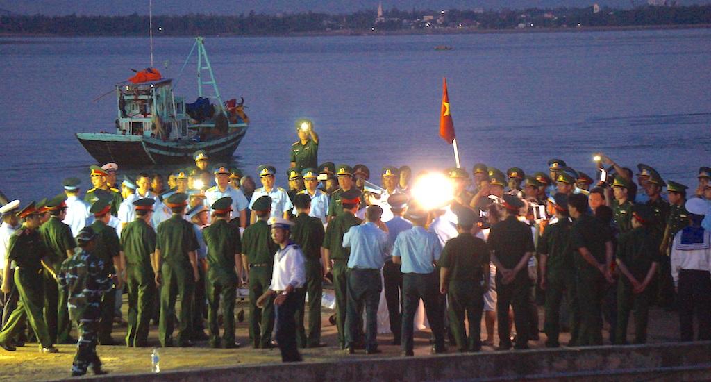 Người lính phi công trở về và lễ khâm liệm ngay trên cầu cảng - 10