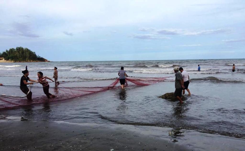 Người dân phải dùng lưới kéo trên biển mới tìm thấy thi thể của học sinh không may bị đuối nước.
