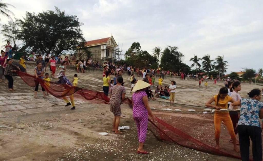 Cả làng dùng lưới kéo tìm nữ sinh tắm biển chết đuối.
