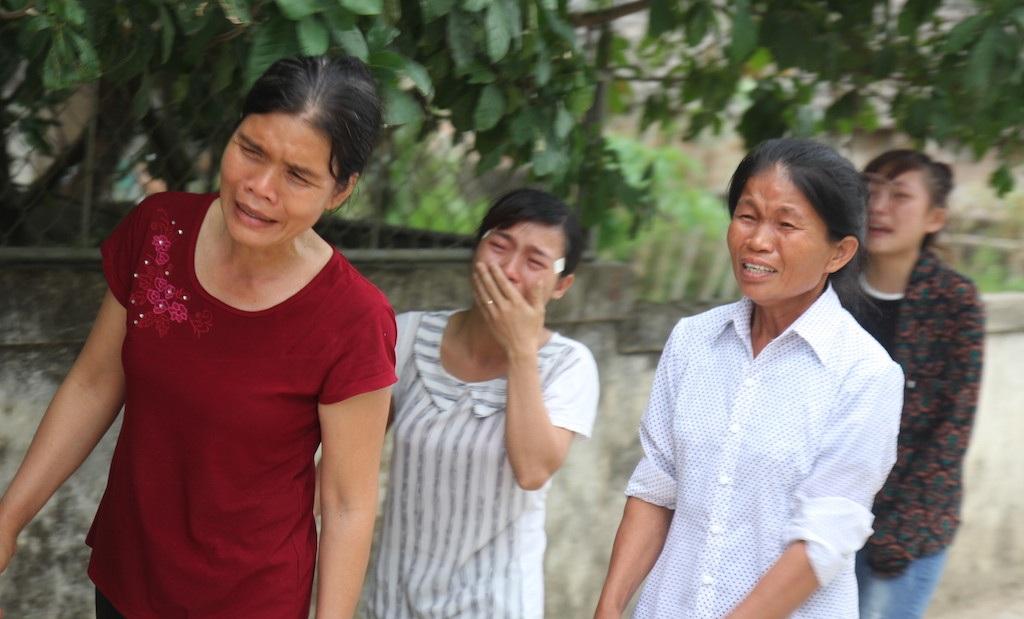 Bà con lối xóm ai cũng không cầm được nước mắt khi ngày trở về Hải nằm trong quan tài.