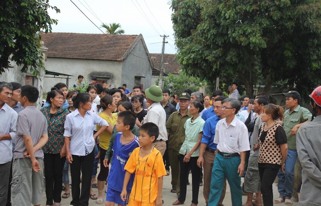 Mọi người trong xã ra đón Hải trong tâm trạng xót xa, buồn đau đến tột cùng.