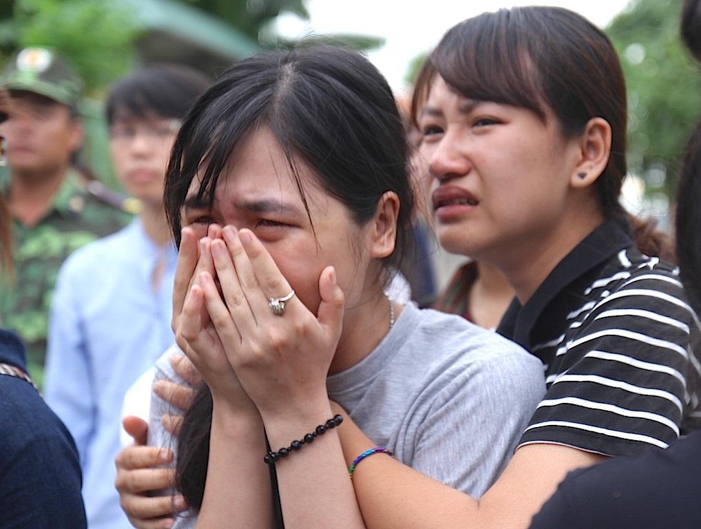 Bạn bè của Hải đã không cầm được nước mắt.