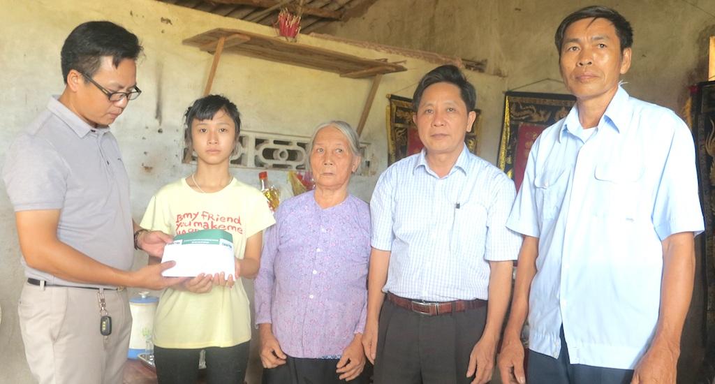 PV Dân trí cùng chính quyền địa phương trao hơn 77 triệu đồng tới cháu Đào Thị Tố Uyên.