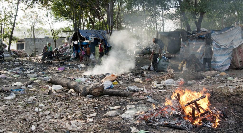 Một số lán trại được dựng lên để sinh hoạt.