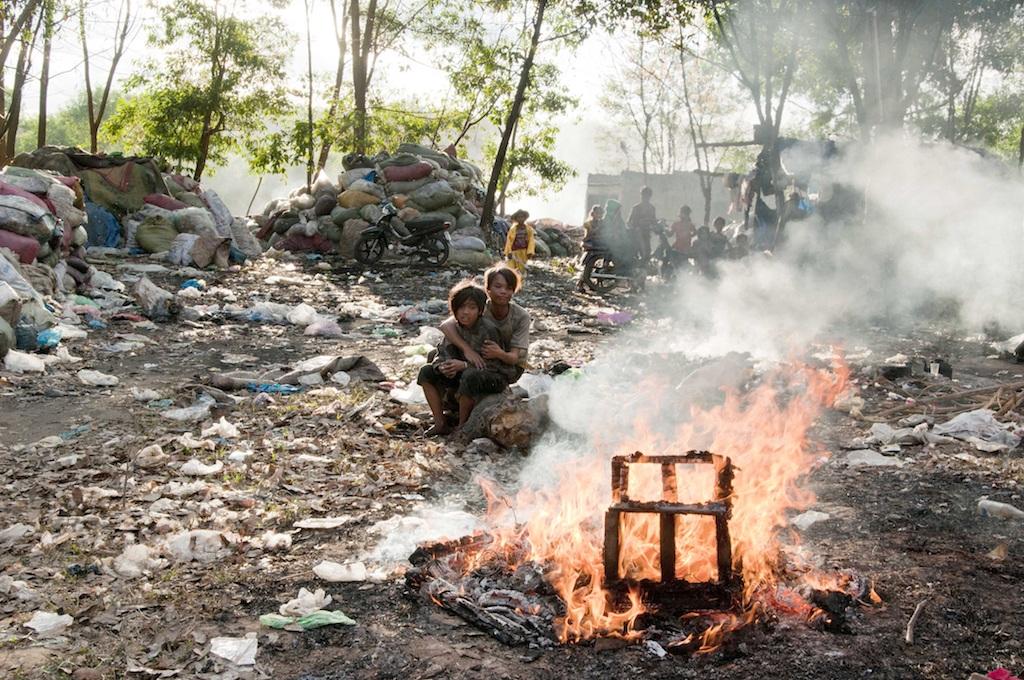 Những đứa trẻ mưu sinh trong bãi rác đầy mùi hôi thối kinh hoàng.
