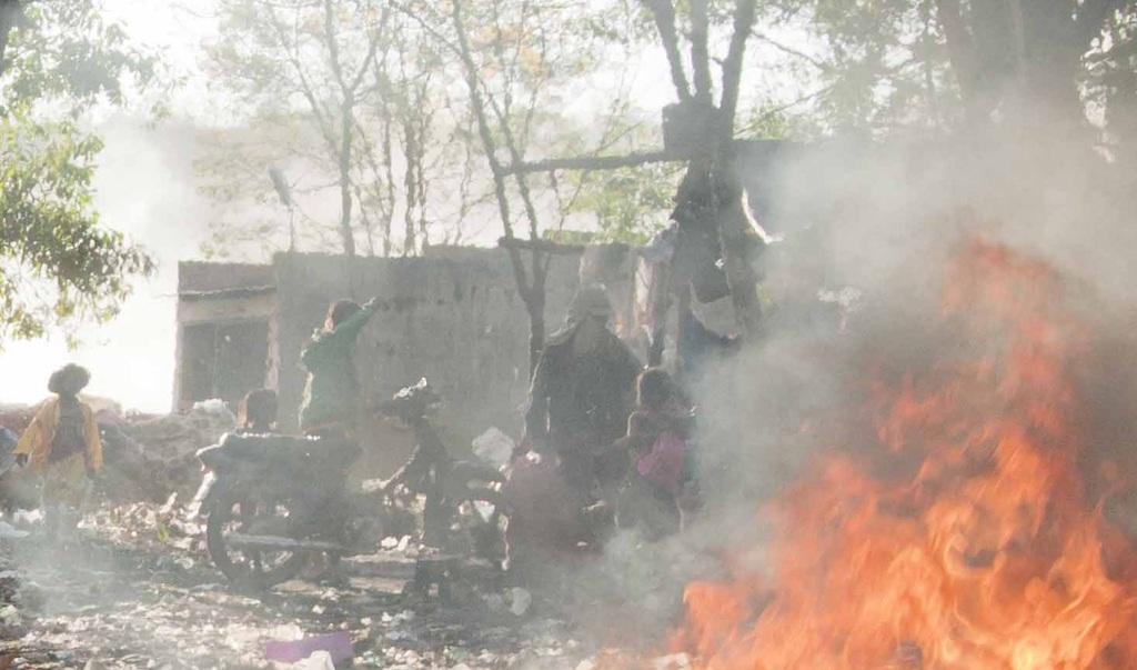 Rác được đốt khói um tùm... thế nhưng những đứa trẻ ở đây vẫn cứ mặc số phận với ô nhiễm.