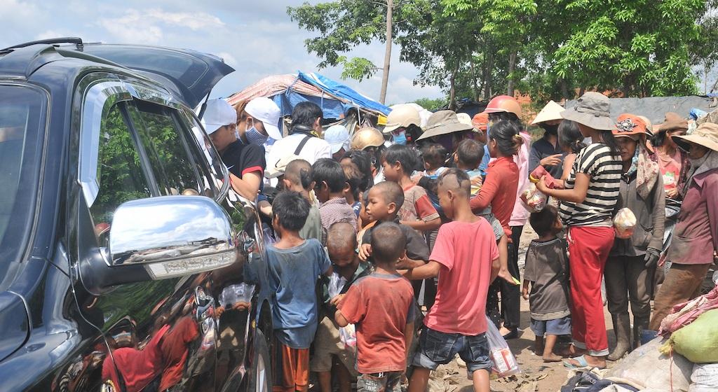 Rất đông trẻ em, phụ nữ kéo ra khi xe của anh em PV có mặt ghi hình.