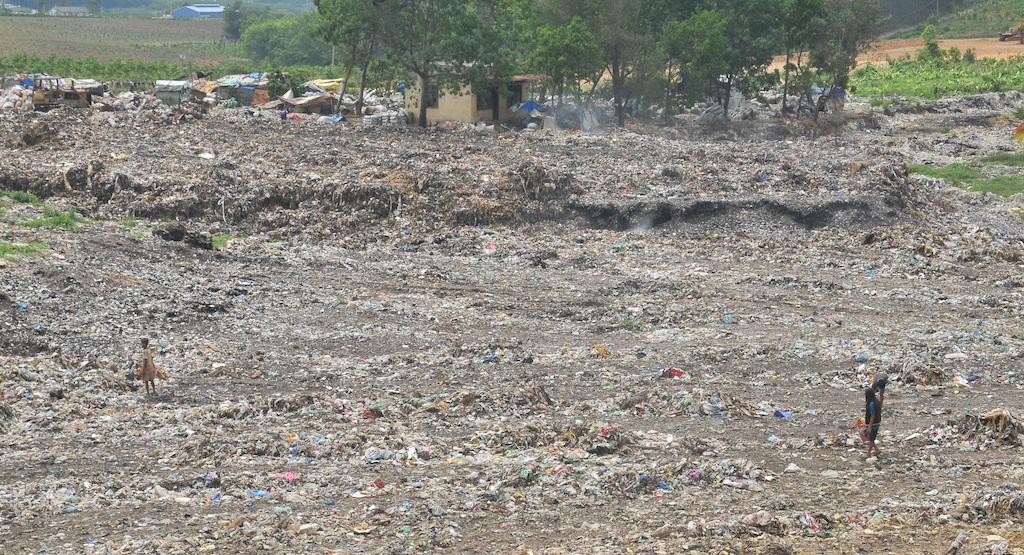 Hằng ngày họ mưu sinh trên rác như thế này nhưng đến nay TP Kon Tum vẫn chưa có cách giải quyết.
