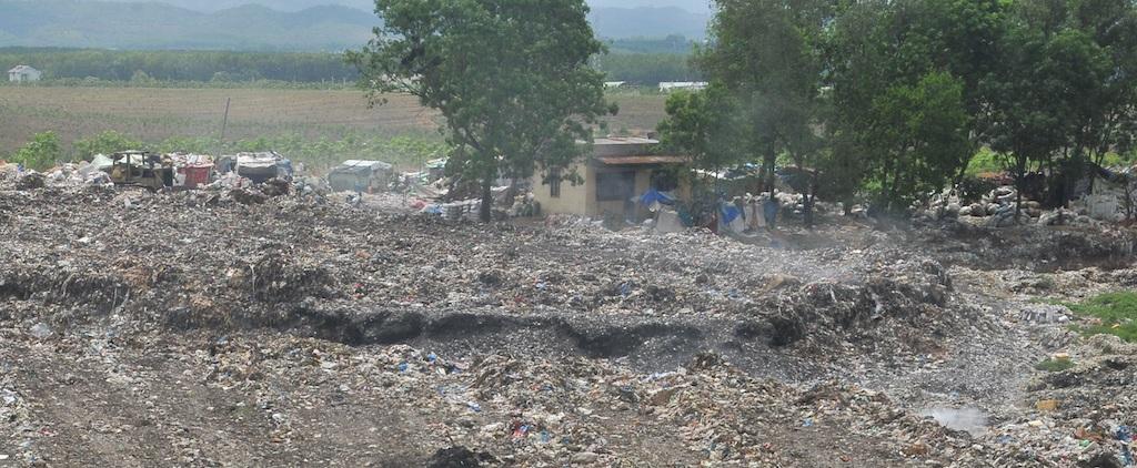 Một số lều tạm nhìn từ xa là nơi của những mảnh đời mưu sinh trên rác.