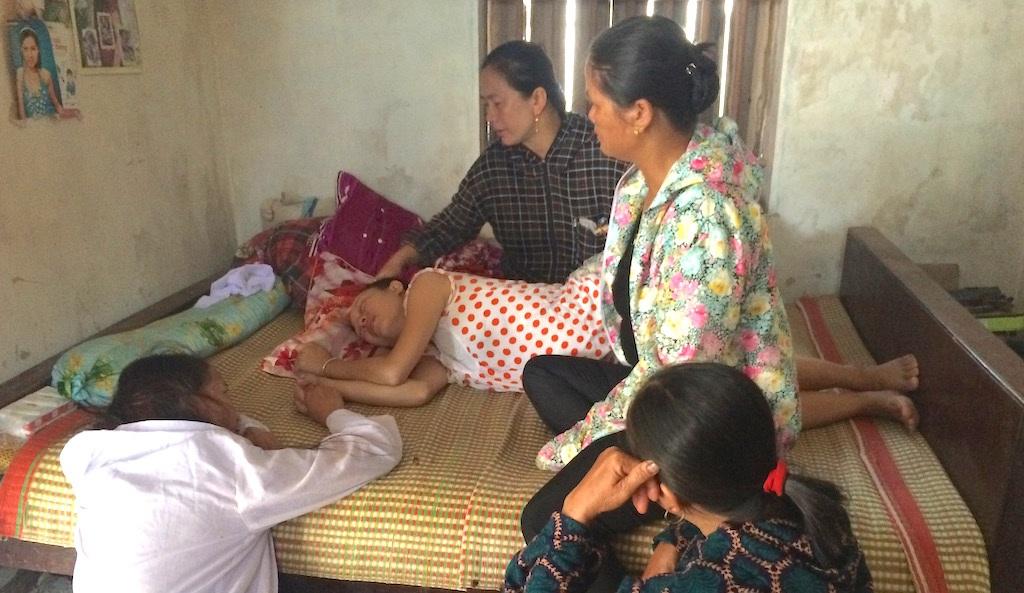 Chị Nguyễn Thị Thảo chị gái của bé Loan đã ngã quỵ trước nỗi đau quá lớn.