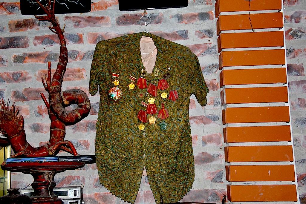 Chiếc áo của người mẹ ông Hoan được gắn nhiều Huân, Huy chương cao quý do Nhà nước tặng 2 người con trai hy sinh trong cuộc chiến tranh vệ quốc được xem là kỷ vật cả gia đình ông.