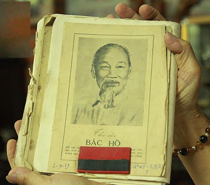 """Ông Hoan còn lưu giữ được bản """"Thư của Bác Hồ gửi các cháu"""" đính băng tang khi Bác mất năm 1969."""