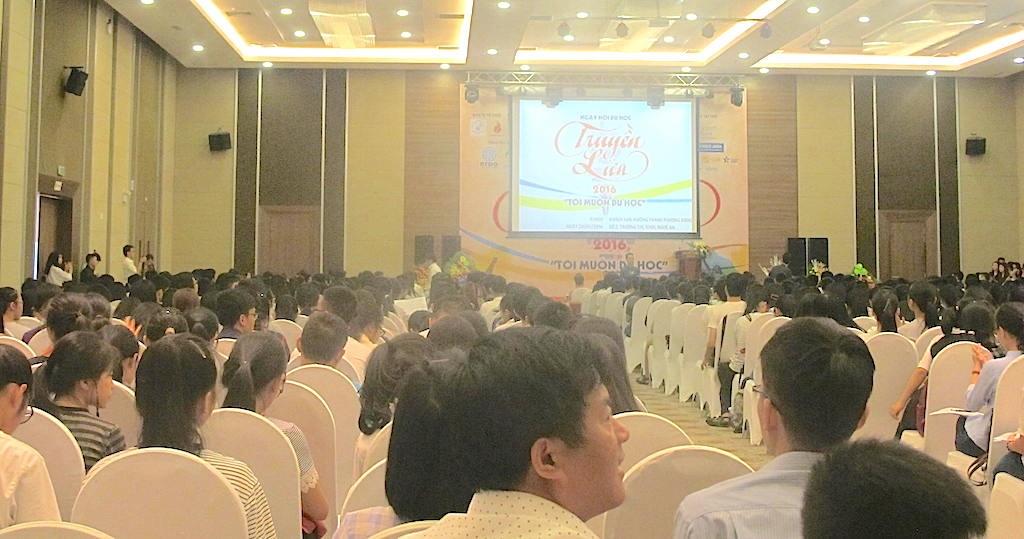 Hơn 800 phụ huynh, học sinh đến từ 2 tỉnh Nghệ An và Hà Tĩnh tham dự Hội thảo du học.